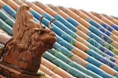 Kinesiska drakar på ett tak Arkivbilder