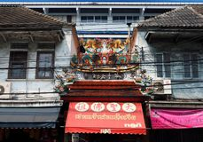 Kinesiska drakestatyer på taket av en tempel Royaltyfria Foton