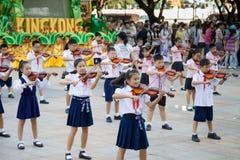 Kinesiska elever spelar fiolen Arkivbild