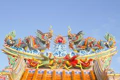 kinesiska färgglada drakar kopplar samman Arkivbilder