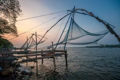 Kinesiska fisknät, Kochi, Indien arkivfoton