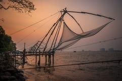 Kinesiska fisknät, Kochi, Indien royaltyfria bilder