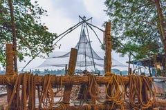 Kinesiska fisknät på kochi kerala kostar med dess rep fotografering för bildbyråer