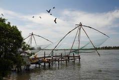 Kinesiska fisknät i Cochin (Kochin) av Indien Royaltyfria Foton