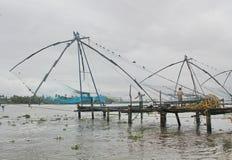Kinesiska fisknät på stranden, Indien Royaltyfri Foto
