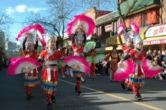 Kinesiska flickor med rosa fans utför i Vancouver, kineskvarter som nya år ståtar royaltyfri bild