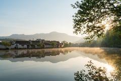 Kinesiska forntida byar i soluppgång Arkivbild