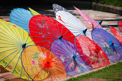 kinesiska färgrika unbrellas Arkivbilder