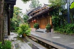 Kinesiska gammalmodiga byggnader på regnig dag Royaltyfri Foto