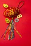 Kinesiska garneringar för nytt år och lovande prydnader på röd bac Royaltyfri Fotografi