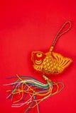 Kinesiska garneringar för nytt år och lovande prydnader på röd bac Royaltyfria Foton