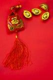 Kinesiska garneringar för nytt år och lovande prydnader på röd bac Arkivfoton
