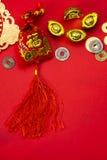 Kinesiska garneringar för nytt år och lovande prydnader på röd bac Arkivbilder