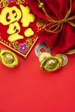 Kinesiska garneringar för nytt år och lovande prydnader på röd bac Arkivfoto