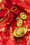 Kinesiska garneringar för nytt år och lovande prydnader på röd bac Arkivbild