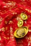 Kinesiska garneringar för nytt år och lovande prydnader på röd bac Fotografering för Bildbyråer