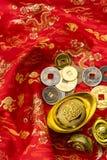 Kinesiska garneringar för nytt år och lovande prydnader på röd bac Royaltyfria Bilder