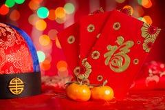 Kinesiska garneringar för nytt år och röda paket Royaltyfria Foton