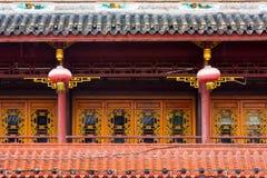 Kinesiska garneringar med kinesiska lyktor på ett traditionellt byggande Royaltyfri Fotografi