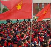 Kinesiska grundskola för barn mellan 5 och 11 årstudenter deltar i ung banbrytande ceremoni royaltyfria foton