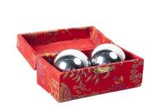 Kinesiska hälsobollar i ask bakgrund isolerad white Royaltyfria Bilder