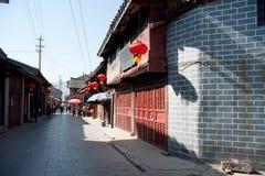 Kinesiska hus, trädörrar, röda lyktor Royaltyfria Bilder