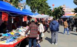 Kinesiska kläder och dräkt marknadsför i Guangzhou, stads- landskap för stadsliv i Kina Asien royaltyfri foto