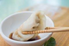 Kinesiska klimpar eller Jiaozi med pinnen Arkivbild