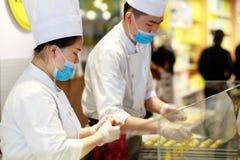 Kinesiska kockar som göras bakelse, srgbbild Arkivfoto