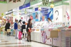Kinesiska kvinnor i köpet av skönhetsmedel Royaltyfri Foto