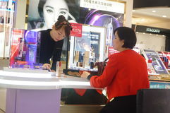 Kinesiska kvinnor i köpet av skönhetsmedel Royaltyfria Bilder