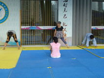 Kinesiska kvinnor i praktiserande yoga Royaltyfria Bilder