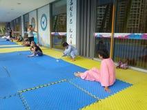 Kinesiska kvinnor i praktiserande yoga Arkivfoton