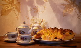 kinesiska lerakoppar som dricker socker, table träteateapot två Royaltyfria Bilder