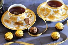 kinesiska lerakoppar som dricker socker, table träteateapot två Grön tea med koppen och teapoten Två kopp te och en chokladcand Royaltyfri Bild