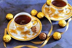 kinesiska lerakoppar som dricker socker, table träteateapot två Grön tea med koppen och teapoten Två kopp te och en chokladcand Arkivbilder
