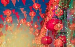 Kinesiska lyktor för nytt år i chinatown Genomsnittligt lycka för text och G royaltyfria bilder