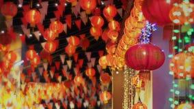 Kinesiska lyktor för nytt år i chinatown, textmedel har rikedom och lyckligt stock video