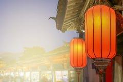 Kinesiska lyktor för nytt år i gammal stad arkivfoton