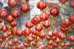 Kinesiska lyktor för nytt år med välsignelsetext arkivbilder
