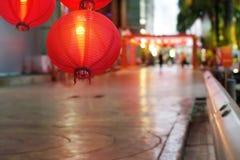Kinesiska lyktor för nytt år på porslinstadbakgrund Royaltyfri Foto
