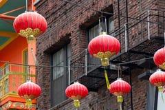 Kinesiska lyktor som hänger i Kalifornien arkivfoton