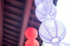 Kinesiska lyktor som hänger på ett kinesiskt tak Arkivfoton