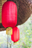 Kinesiska lyktor som hänger på ett tak Arkivfoto