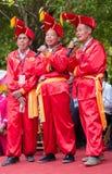 Kinesiska män som sjunger i Zhuang person som tillhör en etnisk minoritetfestival Arkivbilder