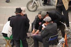 Kinesiska män som spelar kort Arkivfoton