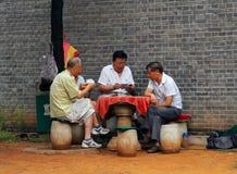 Kinesiska män som spelar kort i Jingshan, parkerar, inte långt från Forbidden City Arkivfoton