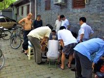 Kinesiska män som spelar majiang längs gatan Gyckel och underhållning i Kina arkivbilder