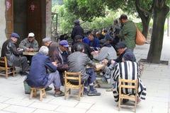 Kinesiska män spelar med kort, Daxu, Kina Arkivfoto