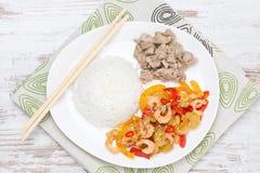 Kinesiska mat-ris, höna och grönsaker med räka, bästa sikt Arkivbild